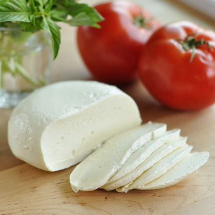모짜렐라(Mozzarella). 출처: http://www.thekitchn.com/how-to-make-homemade-mozzarella-cooking-lessons-from-the-kitchn-174355